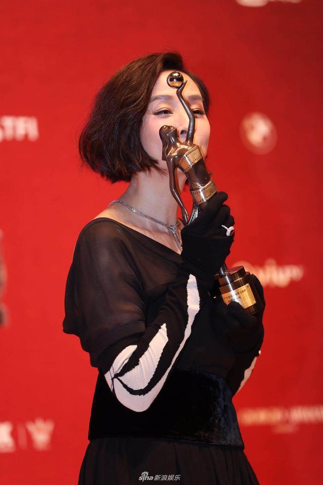 新浪娱乐讯 4月15日晚,第37届香港电影金像奖在香港举行,群星出席,各大奖归属尘埃落定。毛舜筠夺影后,在后台捧杯献吻。(宫德辉/图、图库/图)