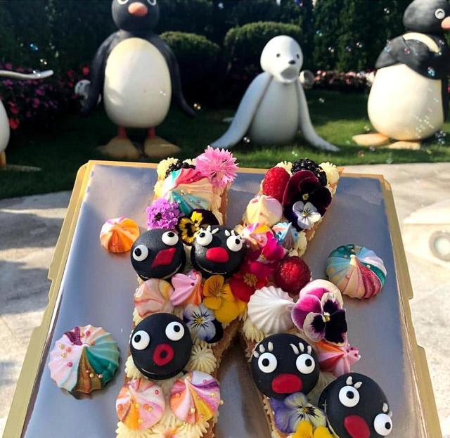 新浪娱乐讯 5月16日,香港女首富甘比(陈凯韵)更新了社交网,上载商家送给她的礼品,感谢对方支持。不过,网友的焦点似乎都落在甘比的豪宅上。