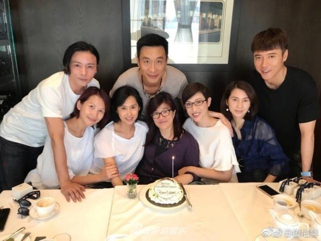 新浪娱乐讯 TVB给我们贡献了一部又一部经典的港剧,那些经典熟悉的剧组演员重聚的照片勾起我们美好的追剧回忆。TVB花旦蔡少芬朱茵陈法蓉洪欣等重聚