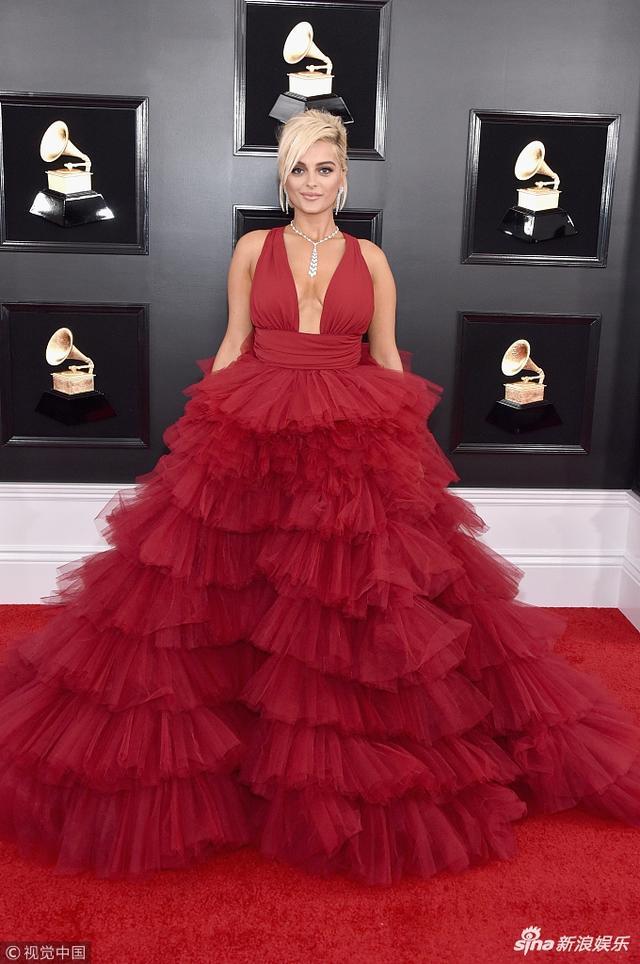 新浪娱乐讯 当地时间2019年2月10日,第61届格莱美颁奖礼在洛杉矶举行,现场星光璀璨,碧碧-雷克萨身穿红色拖地蛋糕裙亮相红毯,手提裙摆,身材傲人。(视觉中国/摄影)