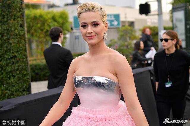 新浪娱乐讯 当地时间2019年2月10日,第61届格莱美颁奖礼在洛杉矶举行,现场星光璀璨,水果姐一身粉色抹胸蛋糕裙装扮亮相红毯,造型奇特,大秀美肩。(视觉中国/摄影)