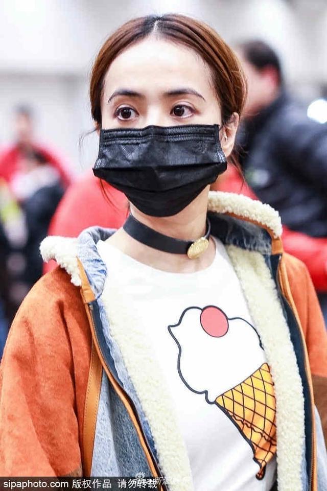新浪娱乐讯 11月8日,蔡依林戴黑口罩现身机场,她脖子上的皮革质感choker非常吸睛,搭配撞色夹克整个造型潮范十足。(SIPA/图)