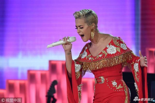 新浪娱乐讯 当地时间2019年2月10日,第61届格莱美颁奖礼在洛杉矶举行,现场星光璀璨,水果姐身穿粉色刺绣服,大秀美肩,献唱格莱美。(视觉中国/摄影)