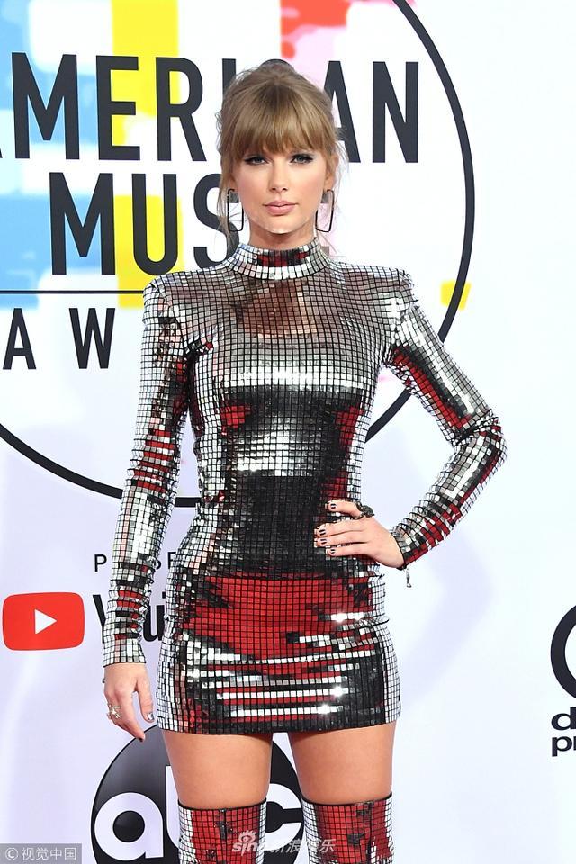 """新浪娱乐讯 当地时间2018年9月9日,泰勒-斯威夫特(Taylor Swift )亮相2018全美音乐奖(2018 American Music Awards)红毯,霉霉身穿一身""""银色战衣""""霸气酷炫。视觉中国/摄影"""