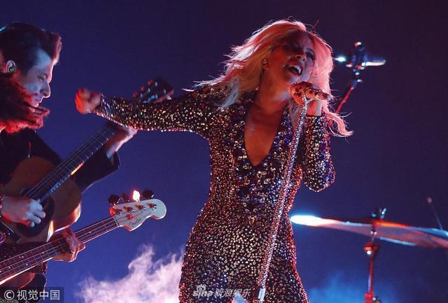 新浪娱乐讯 当地时间2019年2月10日,第61届格莱美颁奖礼在洛杉矶举行,Lady Gaga身穿银色战衣现场获奖单曲《一个明星的诞生》主题曲《Shallow》,握手立麦投入演唱,银发飞扬气场十足。(视觉中国/摄影)