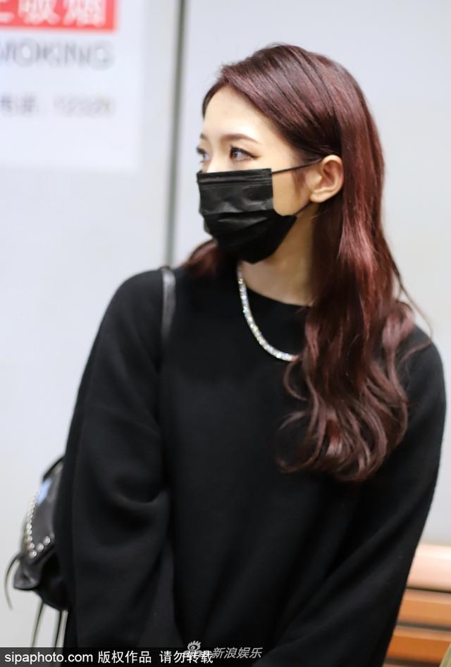 新浪娱乐讯 10月12日,孟美岐穿宽松黑衣现身机场,夸张假睫毛眼神犀利酷劲难掩。(SIPA/图)