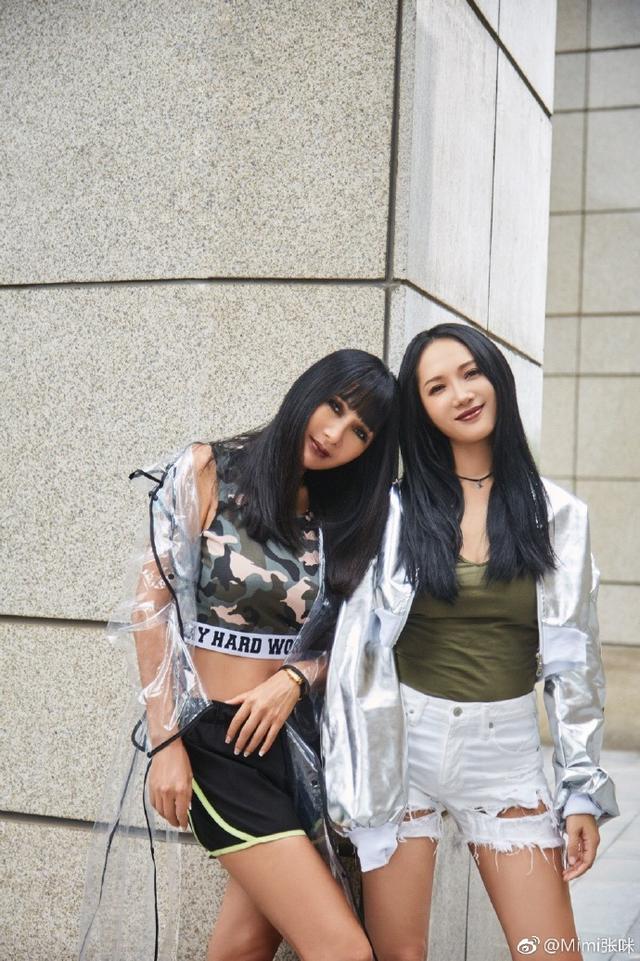新浪娱乐讯 10月11日,张咪身穿军绿迷彩背心与女儿合照,照片中她性感时尚与女儿仿佛姐妹。