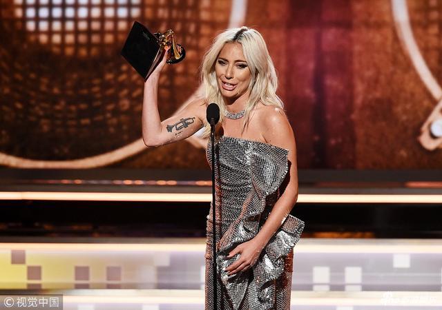 新浪娱乐讯 当地时间2019年2月10日,第61届格莱美颁奖礼在洛杉矶举行,现场星光璀璨,Lady Gaga获得最佳流行歌手、最佳影视歌曲、最佳流行对唱/组合等奖项,领奖时喜极而泣,她手捧奖杯,泪洒格莱美现场。(视觉中国/摄影)