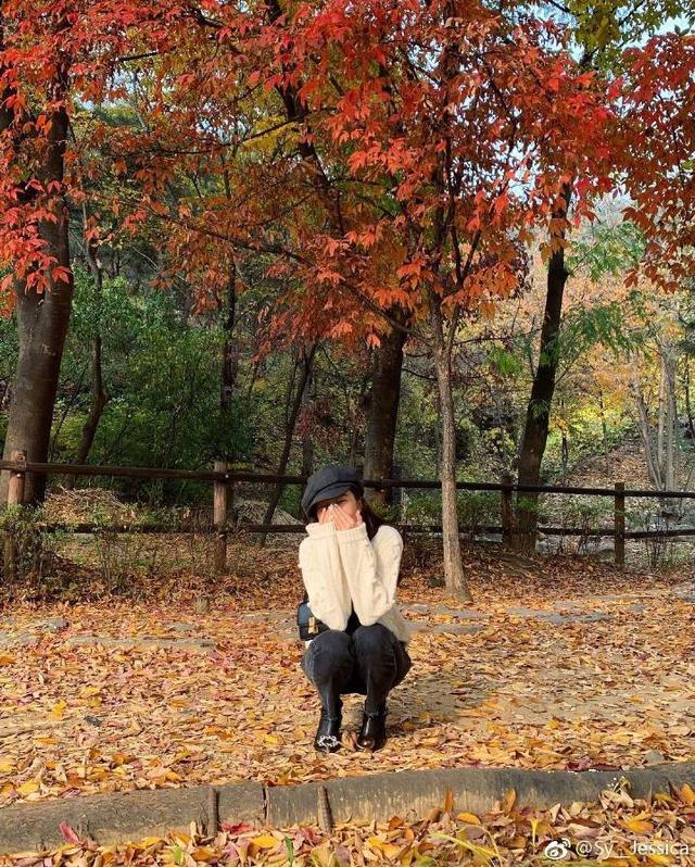 新浪娱乐讯 11月7日,Jessica郑秀妍晒出自己秋日在枫叶林中的美照,她在街头捂嘴遮笑,身穿黑色粗跟鞋显得美腿修长。