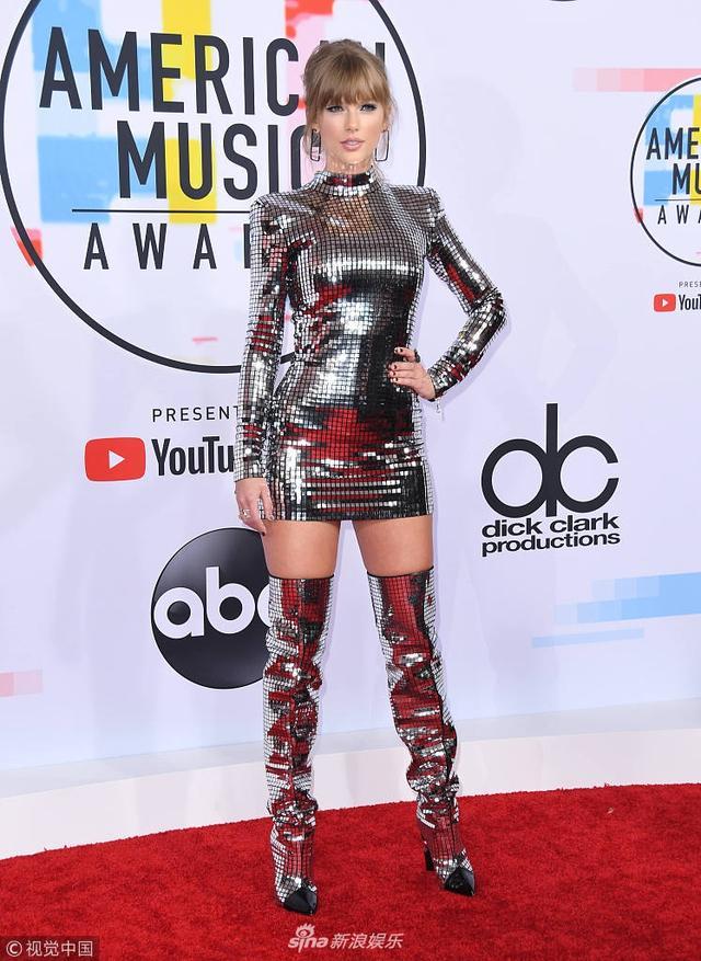 """新浪娱乐讯 当地时间2018年9月9日,2018全美音乐奖(2018 American Music Awards)红毯举行,现场星光璀璨,霉霉(Taylor Swift )""""银色战衣""""霸气酷炫,卡妹(Camila Cabello)一身黑色套装利落干练,詹妮弗·洛佩兹(Jennifer Lopez)粉裙扮嫩大秀事业线,啪姐(Dua Lipa)白色露肩长裙美丽动人。视觉中国/摄影"""