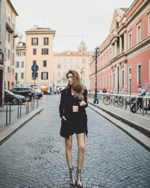 新浪娱乐讯 10月10日,昆凌分享一张抹胸配西服外套帅气干练的街拍,图中她身穿黑短裤凸显美腿纤长。