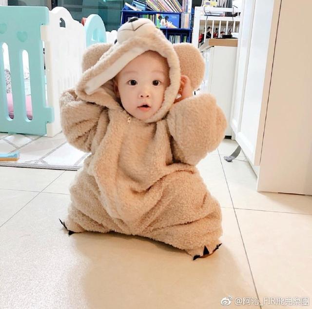 新浪娱乐讯 10月10日,飞儿乐队成员阿沁晒二胎女儿照片,萌娃身穿oversize小熊连体衣粉嫩可爱。