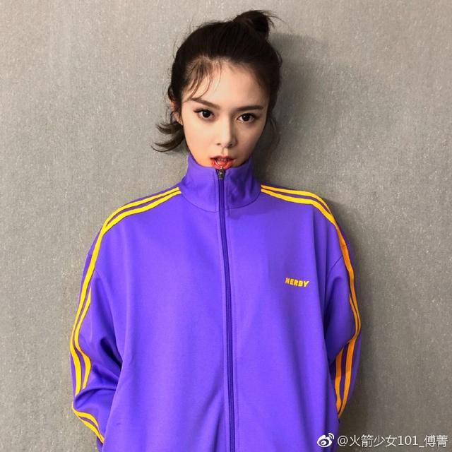 新浪娱乐讯 10月12日,火箭少女傅菁晒照玩下衣失踪,运动风穿搭秀修长美腿。