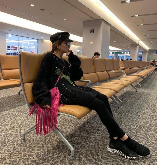 """新浪娱乐讯 11月9日,昆凌身挎粉色流苏包包现身机场,她学自己毛衣上的小恐龙摆起了""""挥爪""""的Pose,笑容灿烂甜美,看起来心情很好。"""
