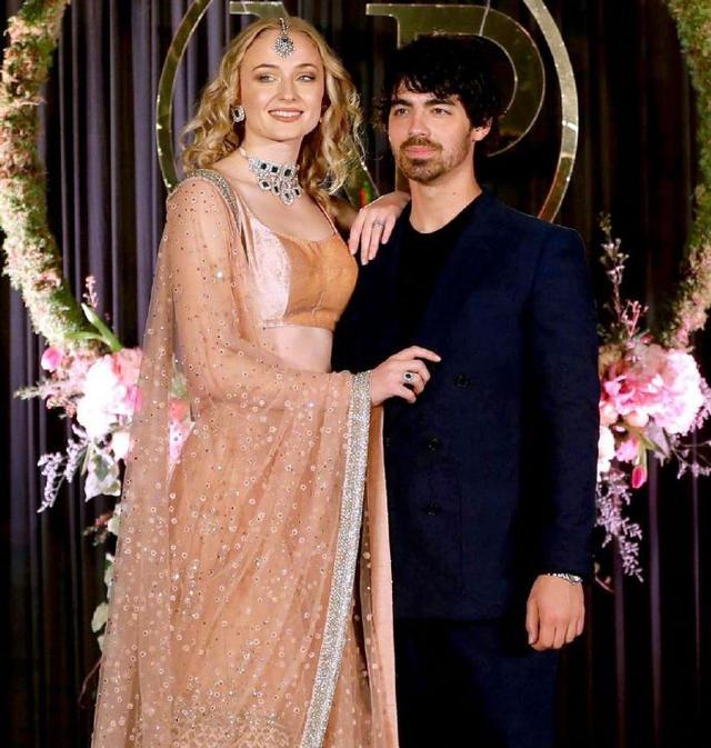 新浪娱乐讯 12月6日,美国歌手二乔(Joe Jonas)牵手权游女演员出席了弟弟小乔(Nick Jonas)的婚礼,他身穿深蓝色西装,与身旁的女友索菲-特纳深情对视,显得十分甜蜜。
