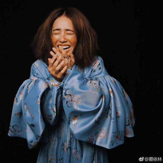 新浪娱乐讯 12月4日,蔡依林在微博晒出自己新专辑写真照片,图中她身穿蓝色复古宫廷裙,画着夸张的橙色腮红,双手捂嘴大笑。