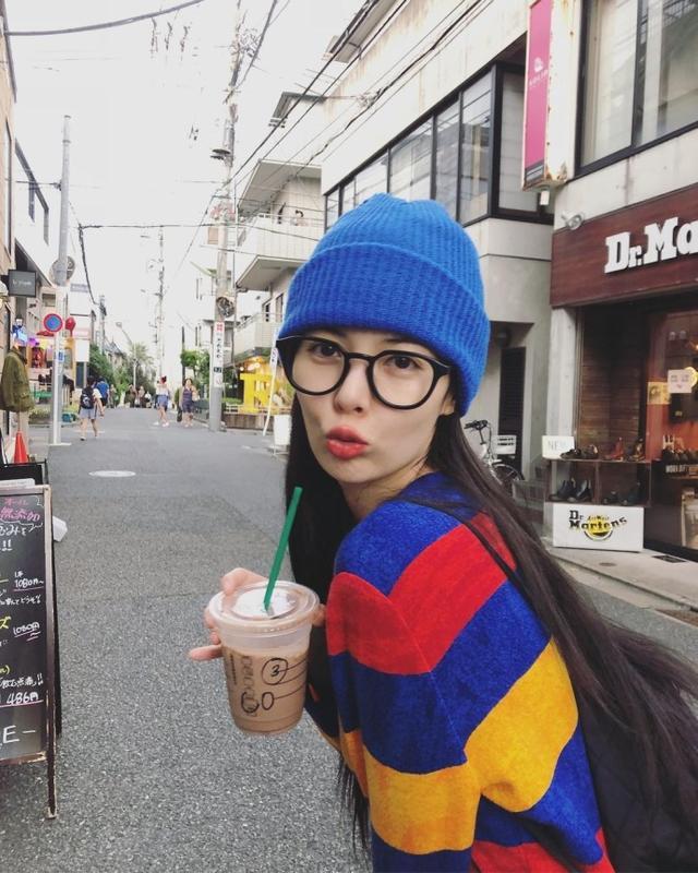 新浪娱乐讯 10月11日,泫雅与金晓钟牵手逛街后再晒街拍照,对镜头嘟嘴撒娇,网友猜测掌镜的是男友金晓钟。