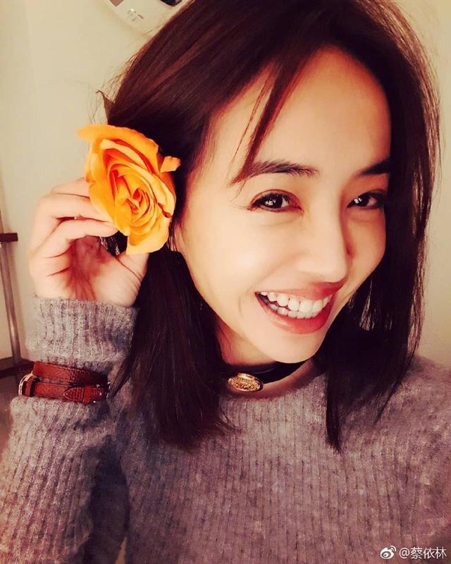 新浪娱乐讯 2月11日,蔡依林微博晒出一组美照,照片中蔡依林手拿一朵黄玫瑰别在耳后,眼神放电,笑容甜蜜。