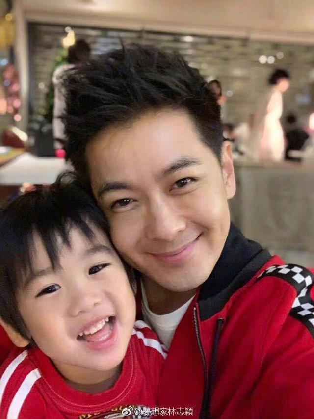 新浪娱乐讯 12月5日,林志颖微博晒图为自己的双胞胎儿子们庆贺生日,图中林志颖与娇妻一人怀抱一个萌娃,气氛温馨甜蜜。