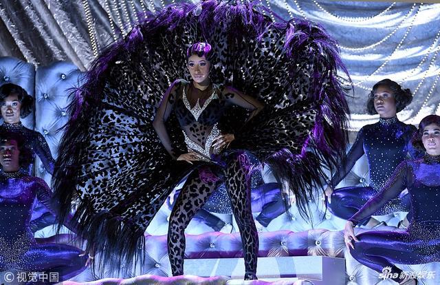 新浪娱乐讯 当地时间2019年2月10日,第61届格莱美颁奖礼在洛杉矶举行,现场星光璀璨,卡迪·B身穿黑色豹纹,似孔雀开屏,霸气十足。(视觉中国/摄影)