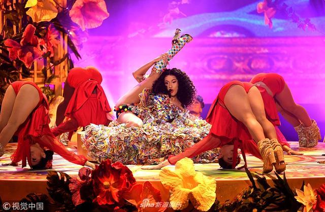 """新浪娱乐讯 当地时间2018年9月9日,2018全美音乐奖(2018 American Music Awards)举行,卡迪-B(Cardi B )舞台演出玩""""劈腿"""",被男舞伴抱起动作火热大胆。视觉中国/摄影"""