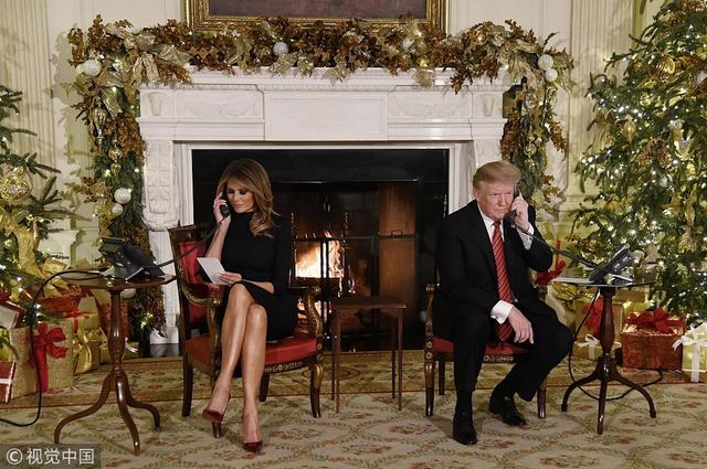 """新浪娱乐讯 当地时间2018年12月24日,美国华盛顿,美国总统特朗普(Donald Trump)及""""第一夫人""""梅拉尼娅·特朗普(Melania Trump)参加""""追踪圣诞老人的足迹""""活动,追踪圣诞老人的足迹(NORAD Tracks Santa)是北美防空司令部每年圣诞节的必备活动。"""