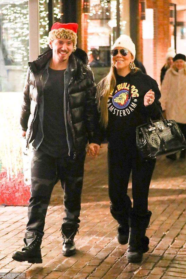 新浪娱乐讯 当地时间2018年12月24日,美国阿斯彭,玛丽亚·凯莉( Mariah Carey)与男友布莱恩·塔纳卡(Bryan Tanaka)现身街头。玛丽亚·凯莉与男友街头十指紧扣甜到冒泡,享受圣诞购物全程笑开花。