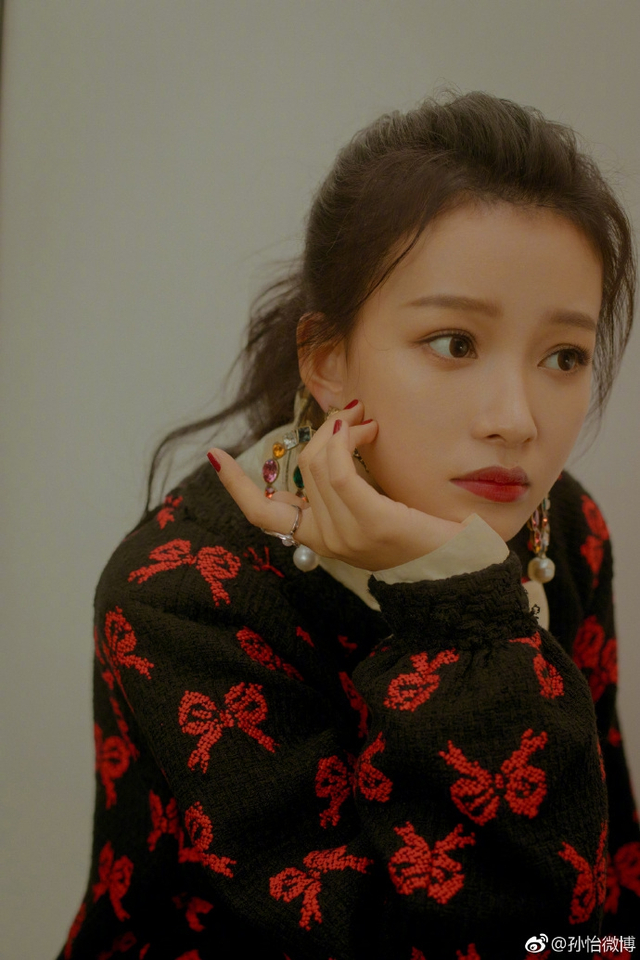 新浪娱乐讯 12月7日晚,孙怡微博晒出出席活动一组写真,照片中她红唇衬人,光脚踩地大玩下衣失踪。