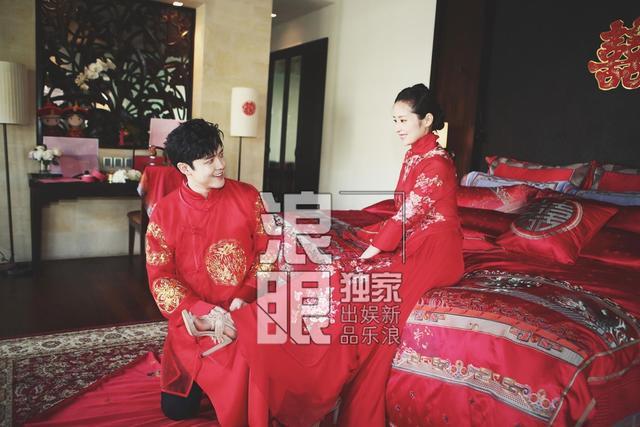 新浪娱乐讯 5月15日,付辛博颖儿在巴厘岛大婚。当天接亲环节,两人身着红色中式礼服出现,付辛博贴心为爱妻穿鞋,十分甜蜜。