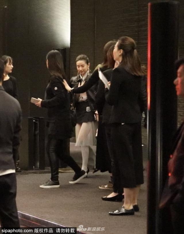 新浪娱乐讯 12月5日,董洁夜晚出酒店,身披皮衣御寒,上车前回头与镜头对视。