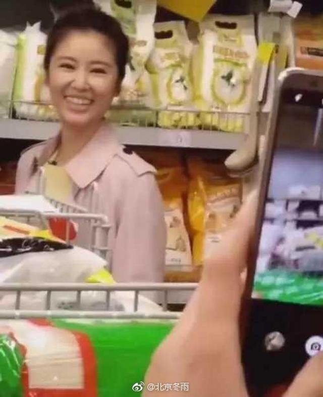新浪娱乐讯 近日,网友偶遇林心如素颜逛超市,只见她身穿淡粉色外套扎丸子头,在认真的在挑选商品,回眸露笑少女气息十足。