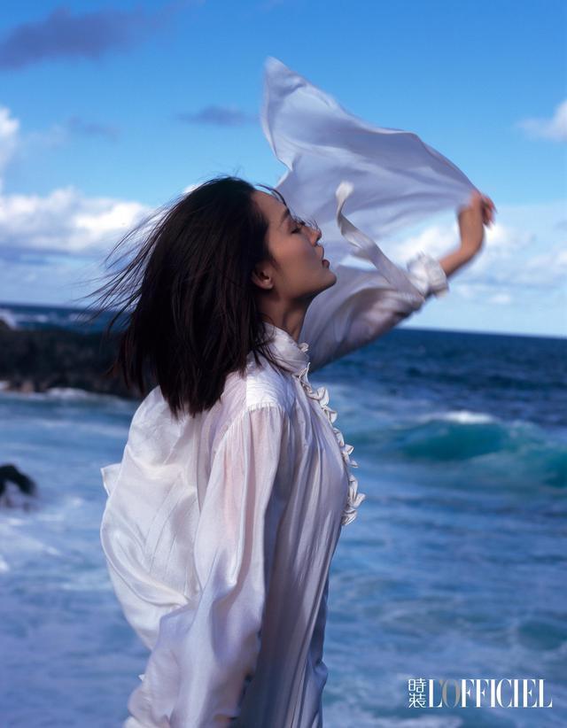 新浪娱乐讯 5月16日,李沁曝光一组时尚大片,身着白色露背长裙在海边起舞裙角飞扬,骑白马踏浪而行,迎着渐露的天光,如梦似幻,灵动婉约少女气息十足。