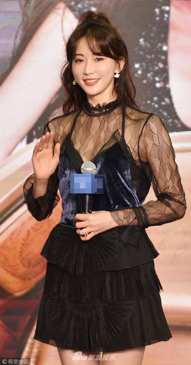 新浪娱乐讯 11月8日,林志玲出席某活动。她身穿蕾丝短裙大长腿抢镜,俯身露出事业线,和热情的粉丝互动,超级甜美的声音赢得粉丝阵阵尖叫。(视觉中国/图)
