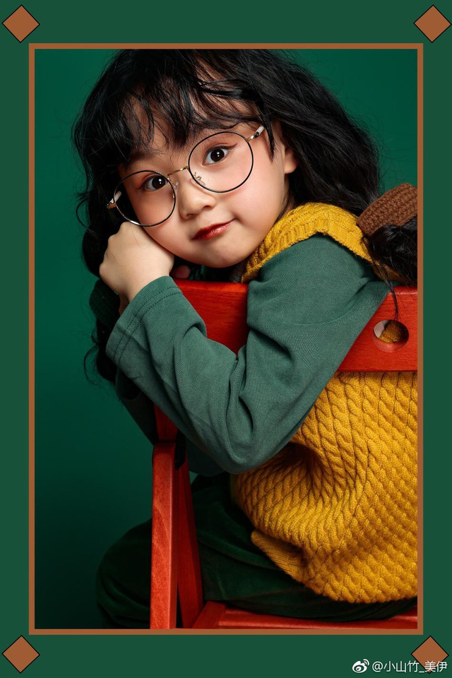 新浪娱乐讯 今日,曾出演《爸爸去哪儿》第五季的萌娃小山竹在微博晒出一组复古写真,写真中的她戴圆框眼镜,扎可爱双马尾,身穿黄色毛线背心搭配复古绿长裤,古灵精怪超可爱!