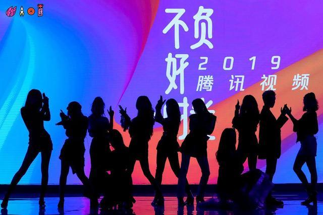 新浪娱乐讯 火箭少女新歌《月亮警察》舞台首秀,该曲标志性黑色和粉丝的服装搭配少女们一水的大长腿,超吸睛。