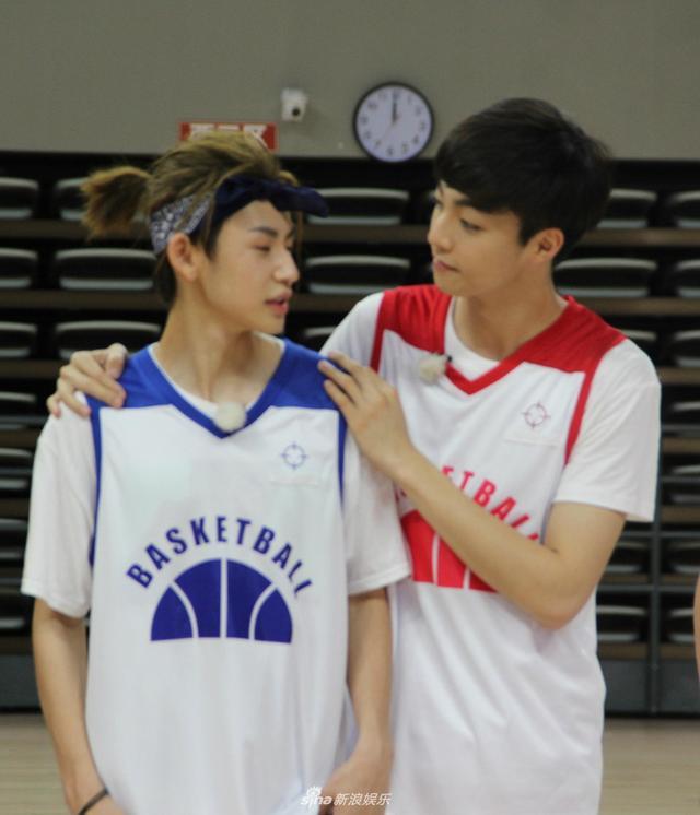 新浪娱乐讯 近日,陈立农、小鬼合体录制《高能少年团》,两人穿篮球服青春活力十足。赛场上勾肩对视,互相加油感情超好。