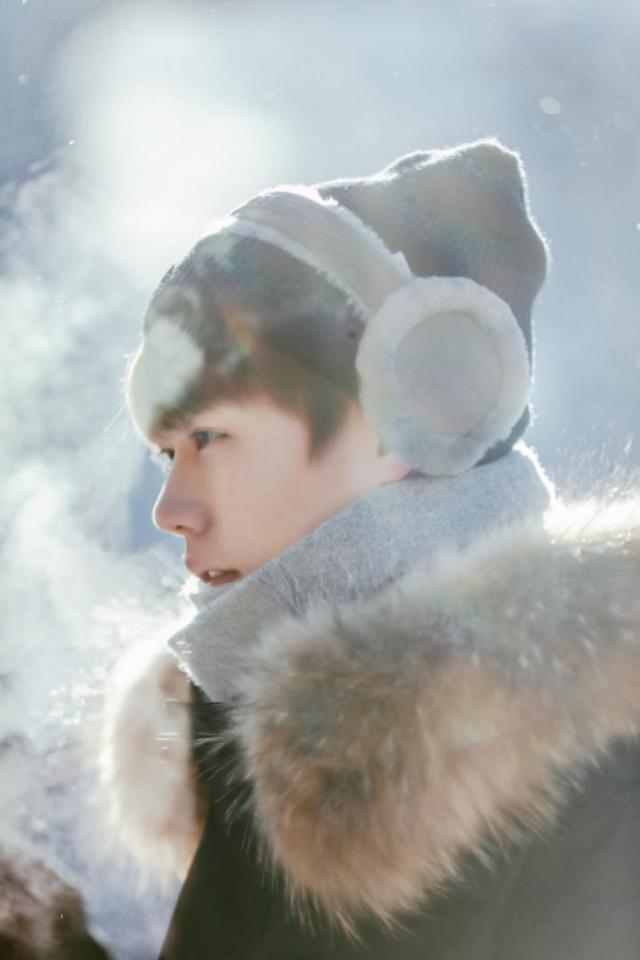 """新浪娱乐讯 下期《野生厨房》来到东北延吉的雪林,林彦俊全副武装穿得保暖有范,躺在雪地享受美景,带上手套抓雪蛤,还与欧弟拿着雪橇去户外大玩滑雪,雪地里的林彦俊""""仙气缭绕""""充满少年感。"""
