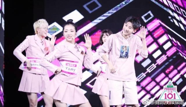 新浪娱乐讯 今日,有网友曝光一组《创造101》的小姐姐们参加《高能少年团》的录制,张一山穿粉色衣服和yamy跳舞,表情超可爱。