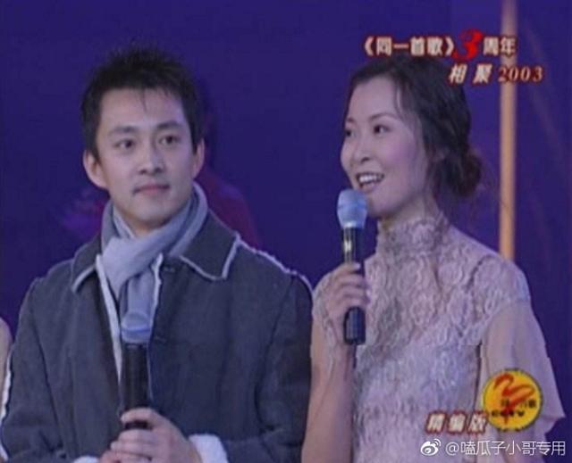 新浪娱乐讯 近日,《同一首歌》主持人亚宁现身北京电影节,49岁的他一头白发,十分沧桑。和此前主持时期的阳光帅气变化超大。