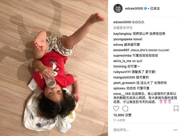 """新浪娱乐讯 7月11日,陈冠希又在社交网站上晒出女儿Alaia的萌照,并配文:""""G.O.O.D.""""照片中Alaia躺在地上,身穿一件红色T恤,搭配格子短裤,四脚朝天吃奶姿势酷爆。"""
