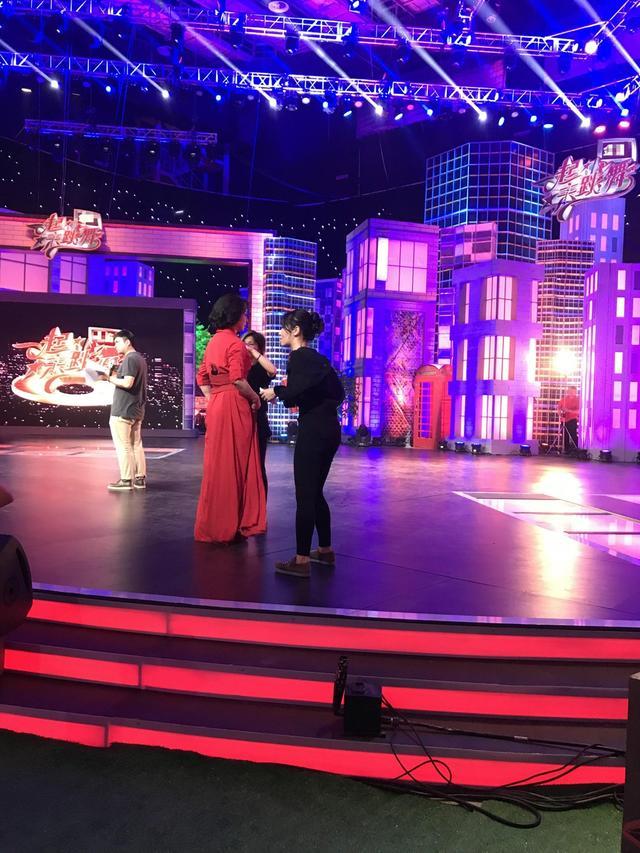 新浪娱乐讯 金星近日开始进行某档综艺首期录制,在路透图中金星身着一袭红裙站在舞台上等待工作人员补妆。路透图中看出应当是一档舞蹈节目。
