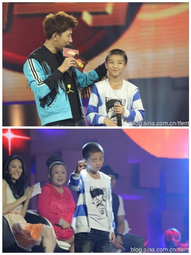 新浪娱乐讯 近日,王俊凯小时候参加《天才童声》节目的照片曝光。平头的王俊凯五官清秀略显青涩,深情地唱着歌,有网友评论:一直以来,王俊凯唱歌的姿势都没变过。