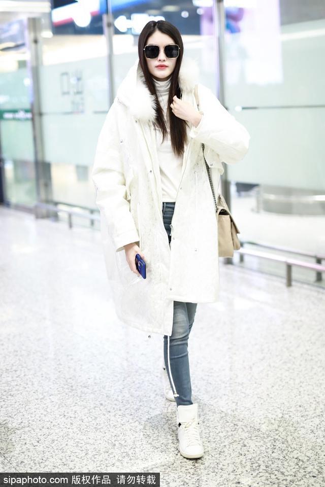 新浪娱乐讯 近日,何穗抵达上海机场。超模身穿白色羽绒服气质傲人,红唇娇艳气场强,不时露出灿笑迷人风情。(sipa/图)