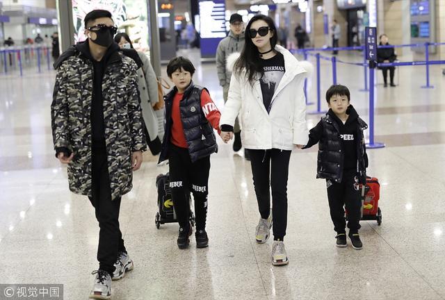 新浪娱乐讯 2月9日,邹市明冉莹颖夫妇带着两个孩子现身机场。一家人造型时尚满分,两个萌娃更是非常可爱,羡煞旁人。(视觉中国/图)