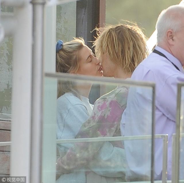 新浪娱乐讯 近日,贾斯汀·比伯(Justin Bieber)和爱妻海莉·鲍德温(Hailey Baldwin)在伦敦度假游玩,两人街头时刻抱在一起简直变连体婴,在派对乘坐摩天轮缆车时,比伯和海莉还忍不住亲吻,狂虐身旁的旅客和安保人员。随后比伯又一时兴起,在广场上抱着吉他弹唱起来。(视觉中国/图)