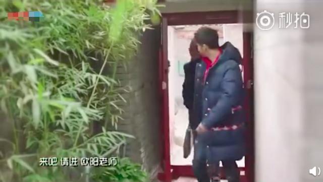 """新浪娱乐讯 近日,有网友翻出2017年李晨录制新春节目的视频,其北京四合院也遭曝光。视频中,李晨称这是""""比较有特色的四合院,而且有重新装修和翻新一下""""。据内部格局来看,该四合院价值不菲。李晨的妈妈也出镜,与儿子一起迎接客人。"""