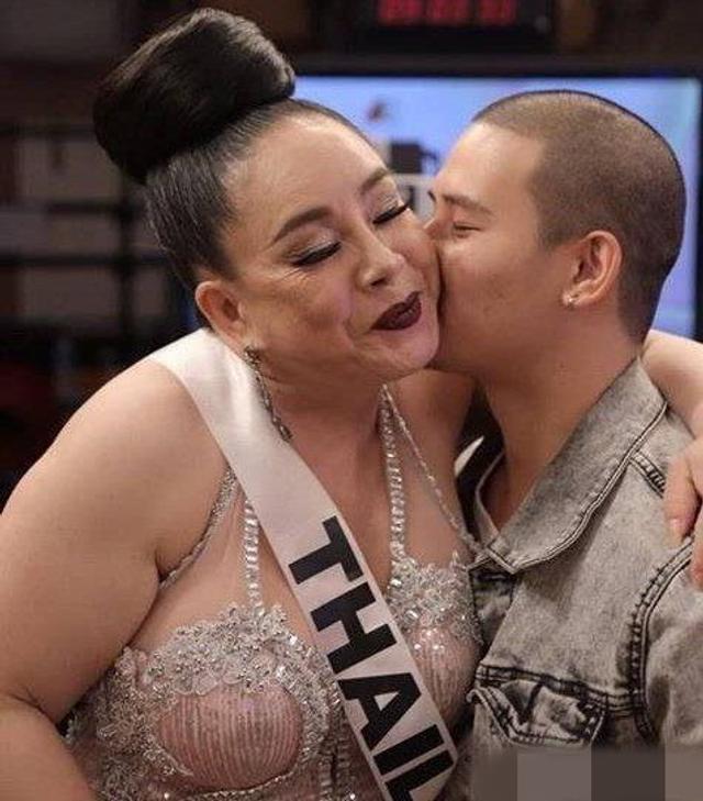新浪娱乐讯  最近红极一时的泰国58岁女企业家李娜浆,刚和第8任丈夫离婚不久,万人海选出第9任丈夫。李娜浆和丈夫16日上了一档泰国的谈话节目,富豪在节目现场流下了激动而幸福的泪水。图cr.网络