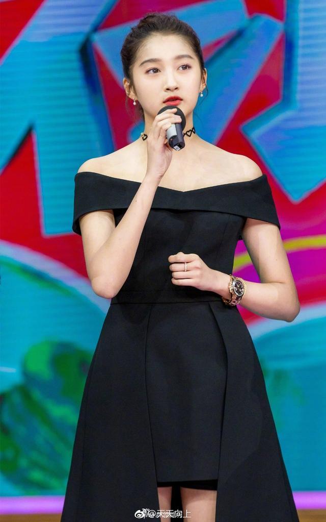 新浪娱乐讯  近日关晓彤身穿黑裙扎丸子头亮相《天天向上》节目,与易烊千玺,王嘉同为健康发声,这身装扮女神气质尽显。