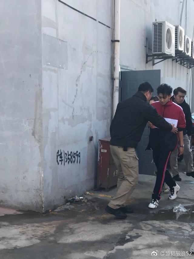 新浪娱乐讯 12日有网友在微博上发出黄子韬《这就是街舞》录制的路透图,黄子韬身穿红色运动套装和白色T恤,手拿果汁,看起来很有活力。全程被保镖大哥像带孩子似的引着走。