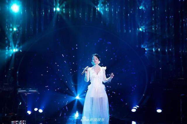 新浪娱乐讯  《歌手》节目今晚首播,近日节目组放出一组剧照,照片中张韶涵穿着白色及地长裙,仙气飘飘深情演唱《梦里花》,汪峰霸气开唱点燃全场。